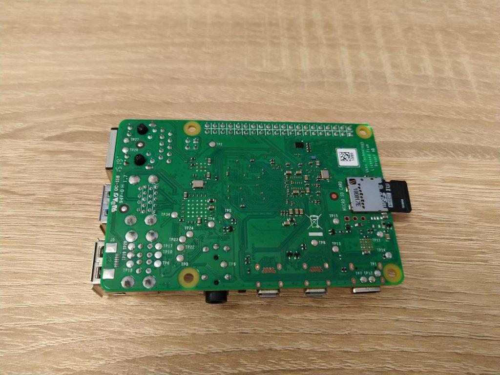 Spodnia strona Raspberry Pi 4B.