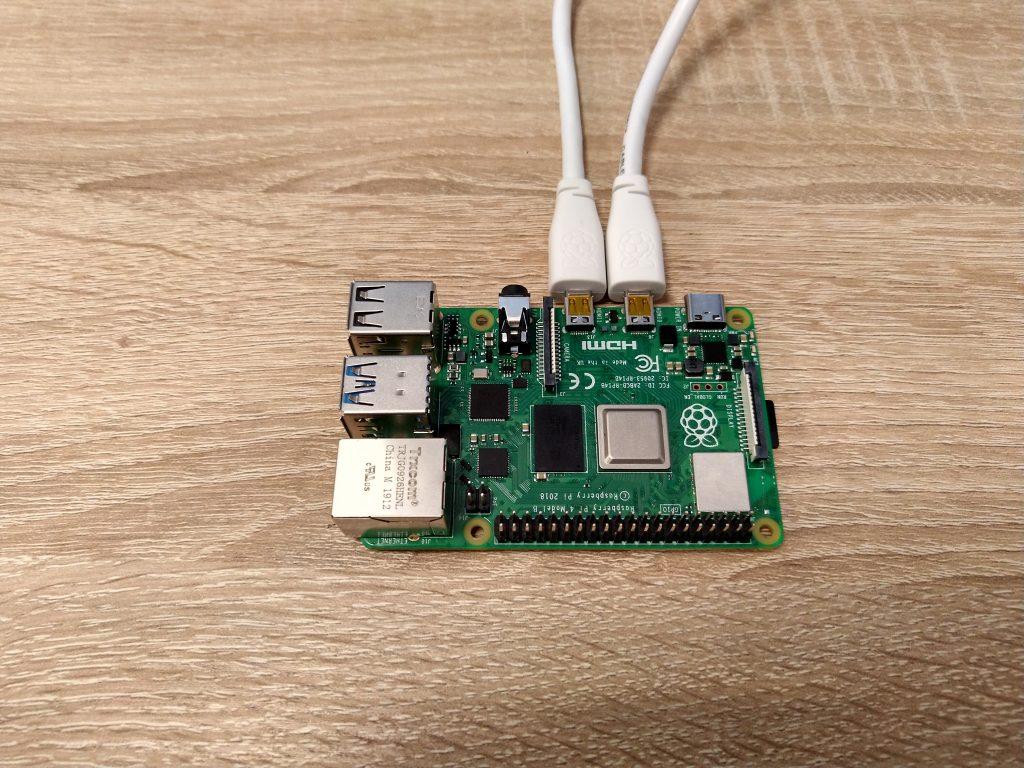 Raspberry Pi z podpiętymi przewodami microHDMI.