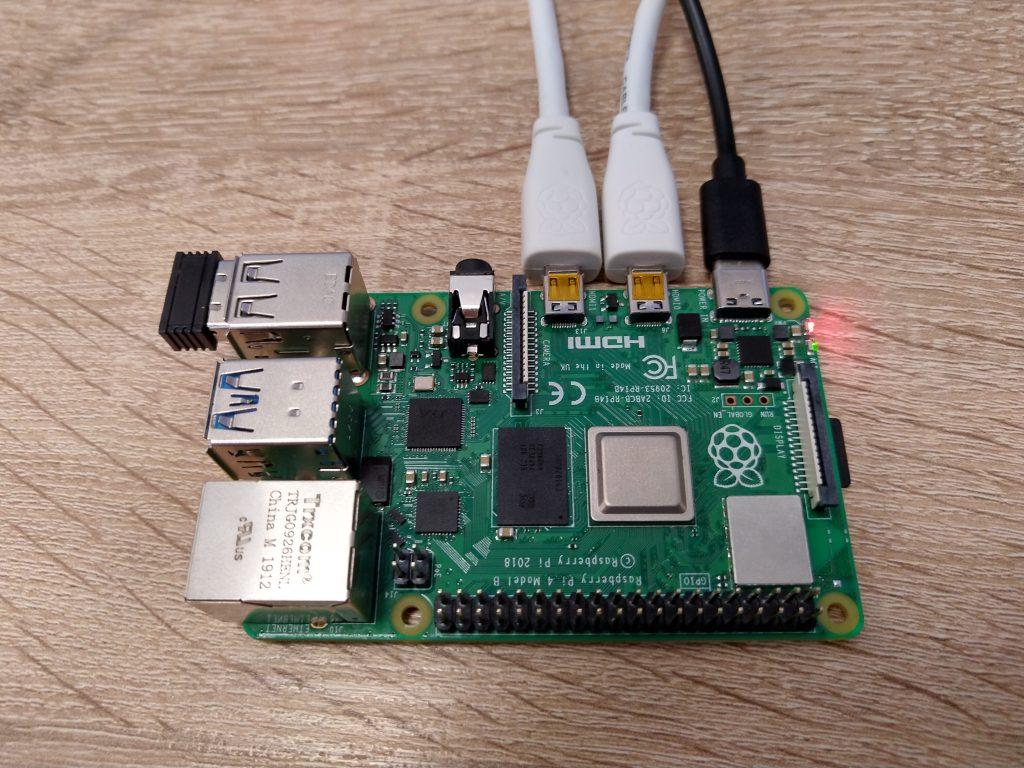 Raspberry Pi 4B podłączone dwa przewody microHDMI
