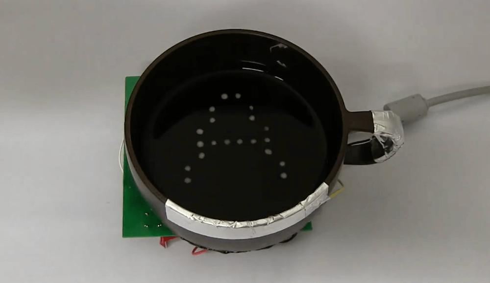 BubBowl i litera a wyświetlana w kubku z napojem